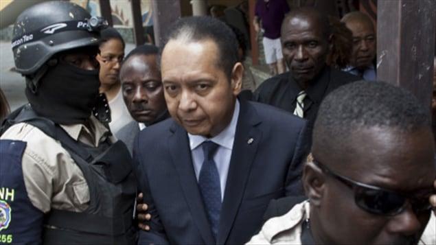Jean-Claude Duvalier escorté par des policiers