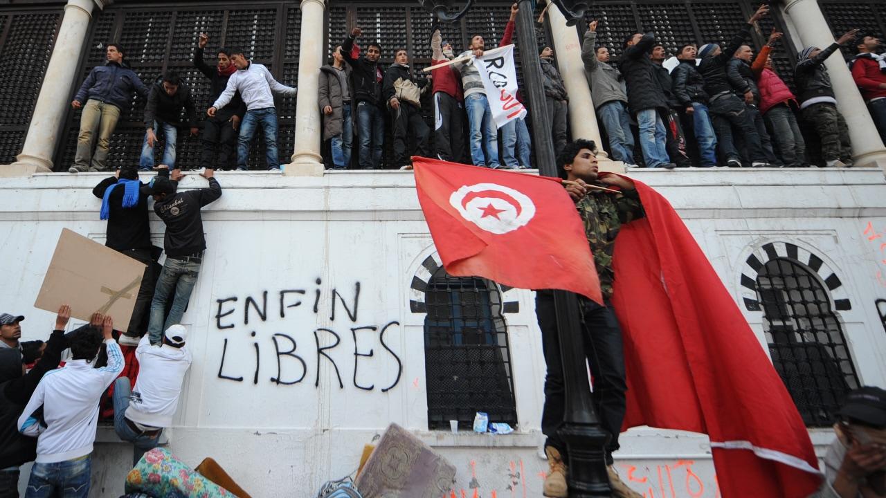Des manifestants venus de Sidi Bouzid manifestent près du siège du gouvernement.