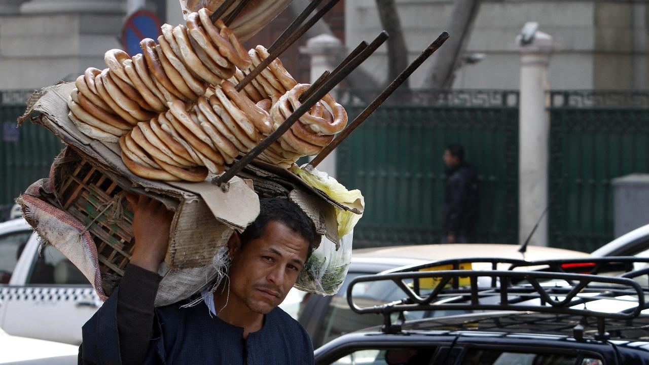 Un vendeur de bagels dans les rue du Caire en Égypte.