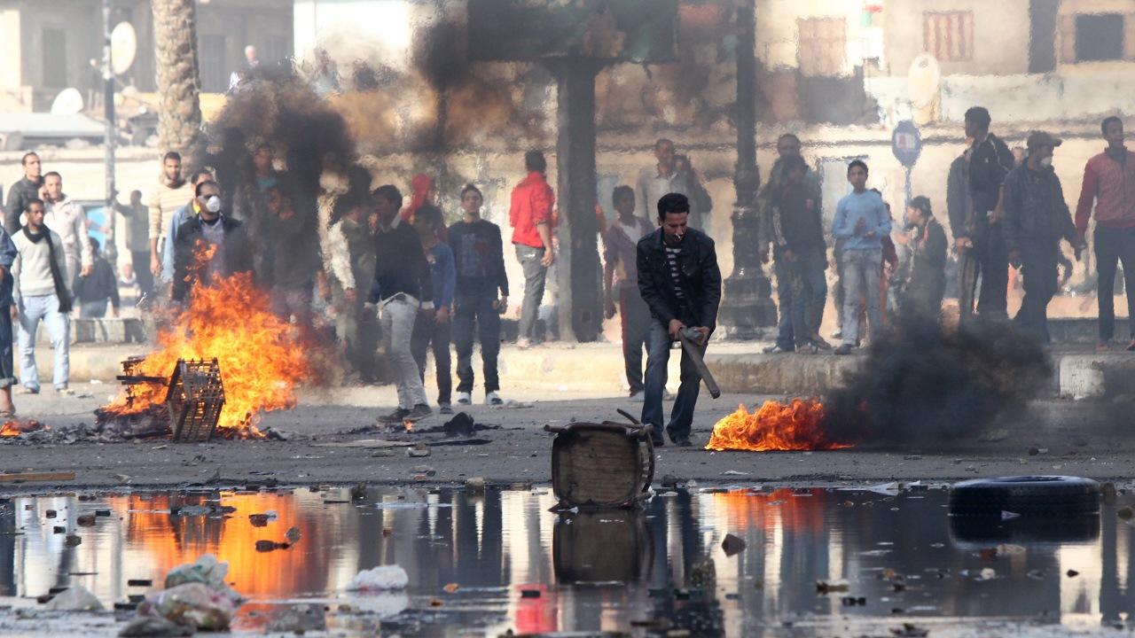 Des policiers et des manifestants se sont affrontés à Suez jeudi.