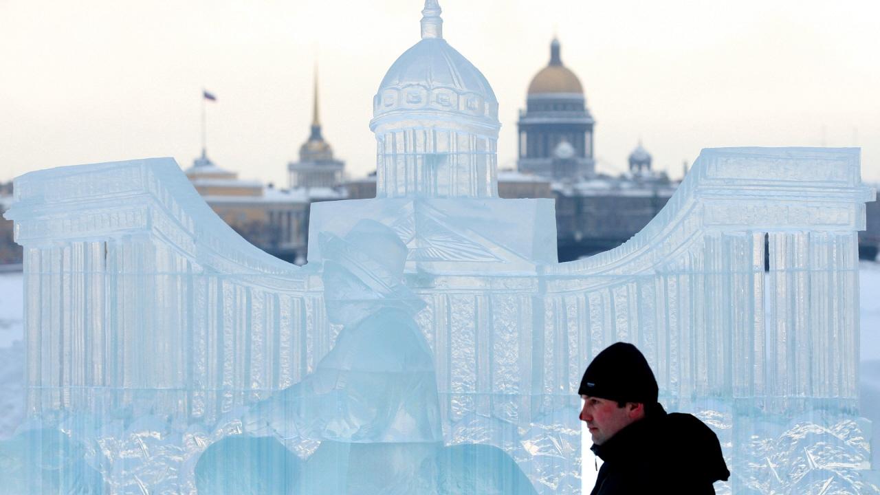 Une statue de glace à l'éfigie de la Cathérale Kazan, dans le centre de Saint-Pétersbourg.