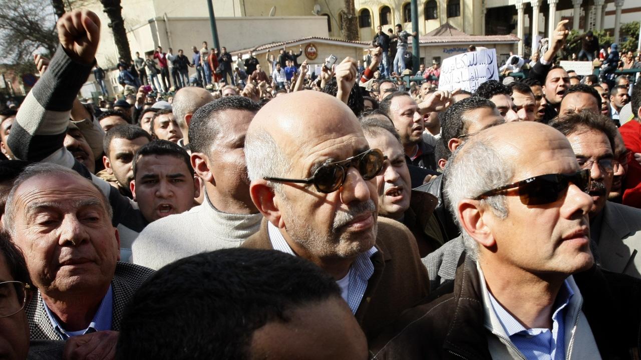 Le Prix Nobel de la Paix 2005 Mohamed ElBaradei a participé à une manifestation à sa sortie de la mosquée.