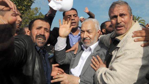 Rached Ghannouchi, le chef du mouvement islamiste tunisien Ennahda, à son arrivée en Tunisie, dimanche