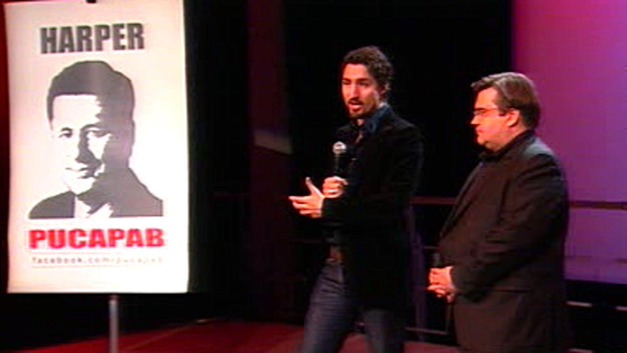 Les députés libéraux Justin Trudeau et Denis Coderre présentant une campagne publicitaire web s'attaquant aux conservateurs, le 6 février 2011.