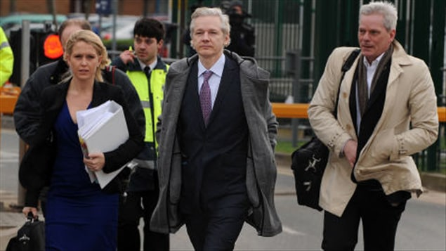 Julian Assange à son arrivée au tribunal, lundi matin.