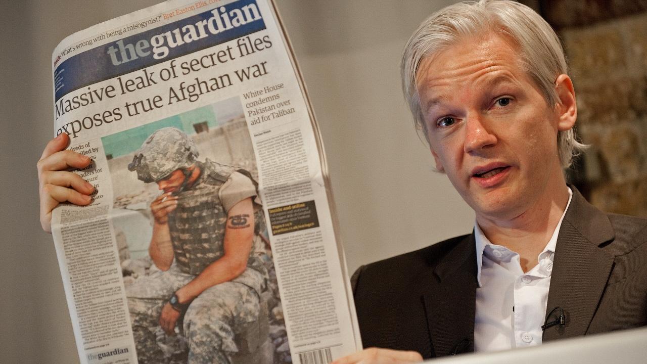 Le fondateur de WikiLeaks, Julian Assange, montre la une du Guardian portant sur des révélations sur la guerre en Afghanistan.