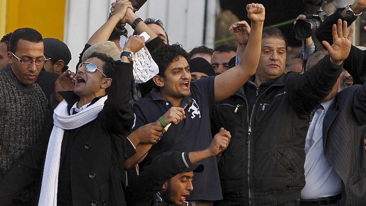 Wael Ghonim, le jeune dirigeant de Google qui a été emprisonné par les autorités, est acclamé par la foule réunie sur la place Tahrir.