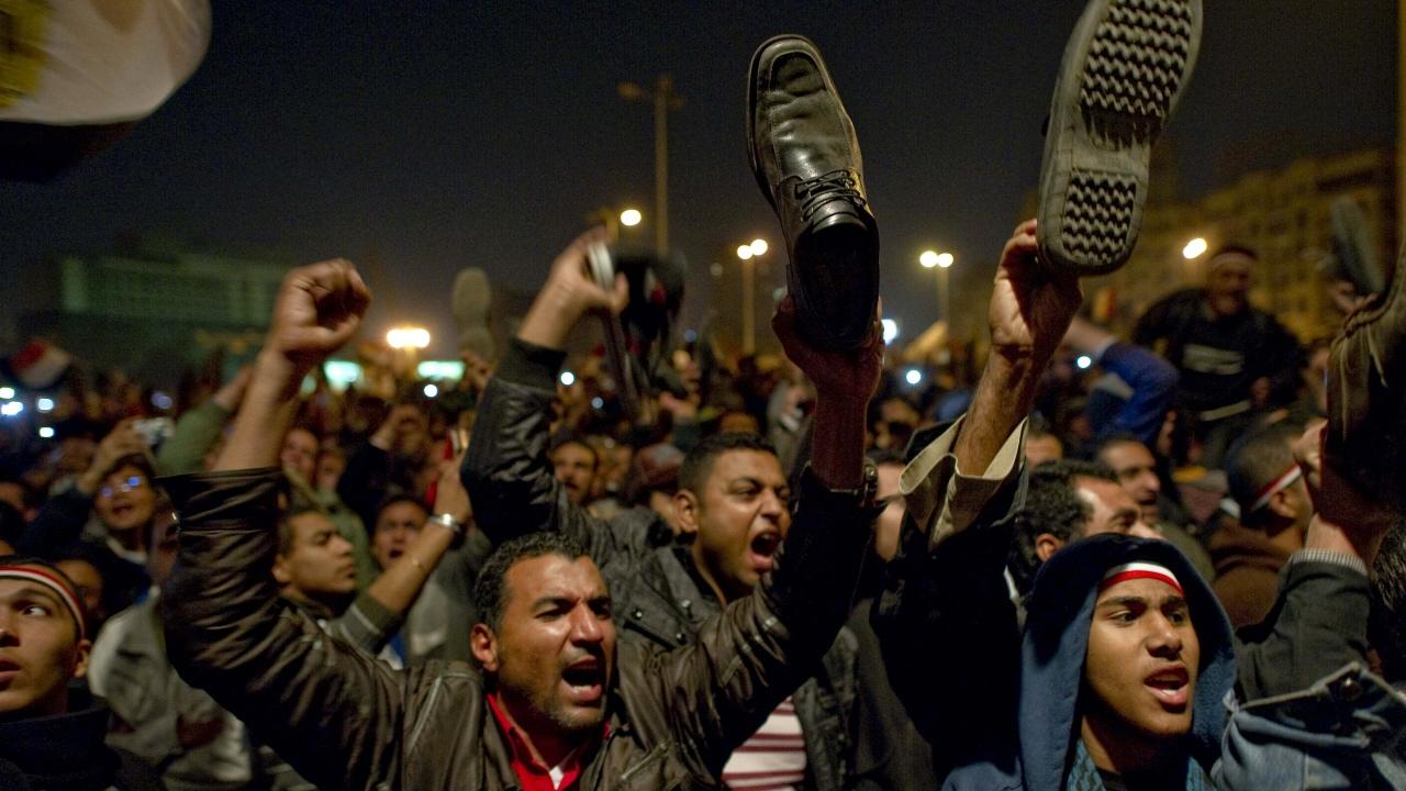 Des manifestants ont réagi avec colère au discours de Hosni Moubarak, brandissant des souliers.