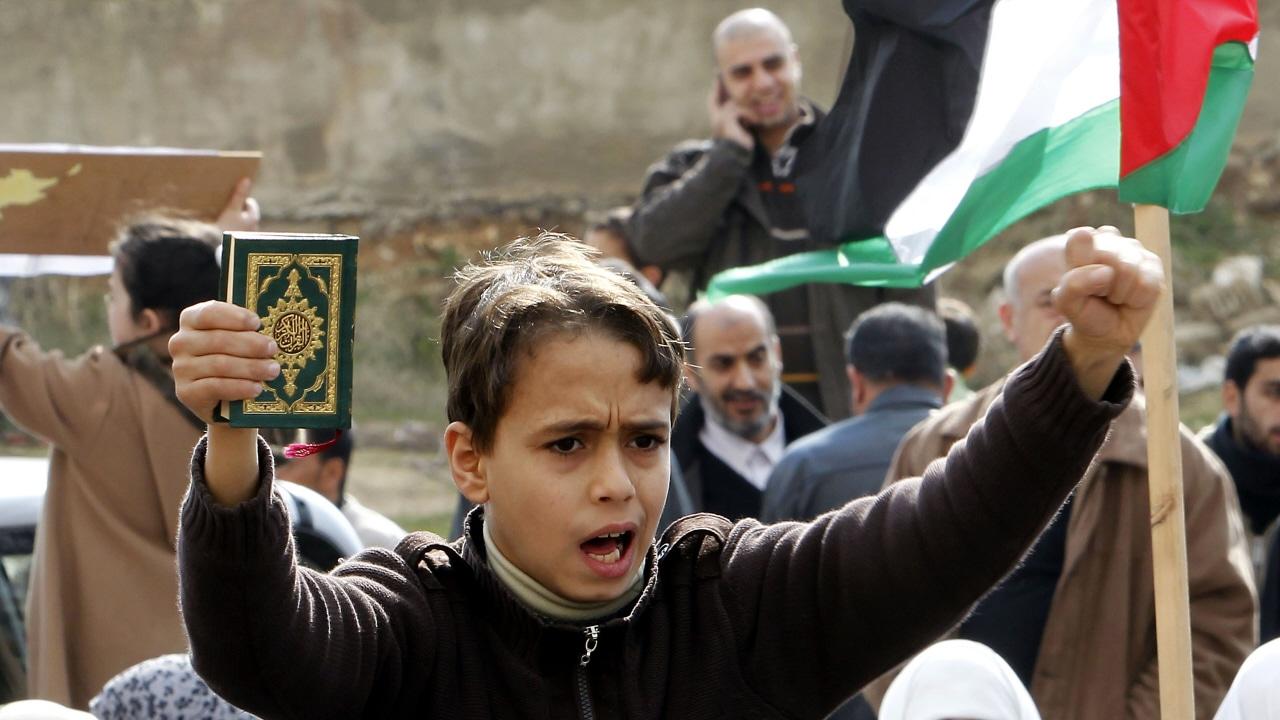 Un jeune Jordanien célèbre le départ d'Hosni Moubarak dans les rues d'Amman.