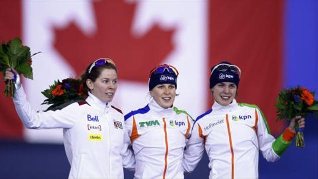 Christine Nesbitt, Ireen Wüst et Marrit Leenstra après le 1500 m.