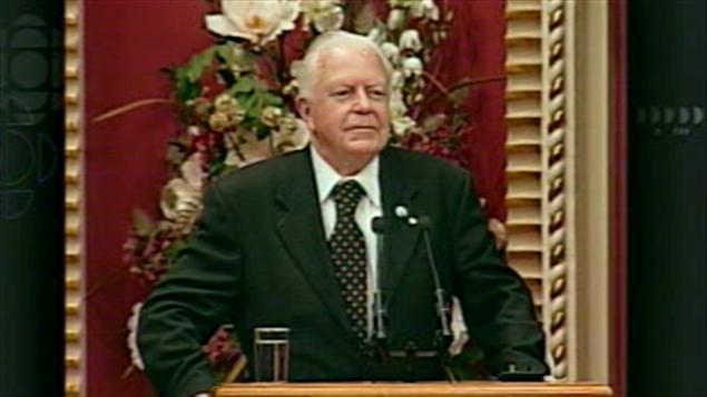 Le journaliste Jean-Marc Léger recevant le prix Georges-Émile-Lapalme à l'Assemblée nationale, en 2005.