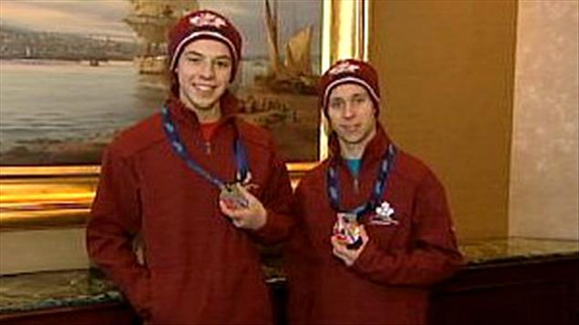 Les patineurs Andrew Evans et Evan Brideau