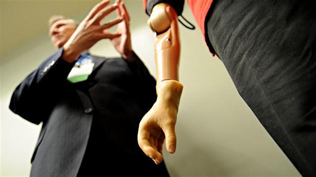 Le bras artificiel présenté dans le cadre de la conférence annuelle de l'Association américaine pour la promotion de la science