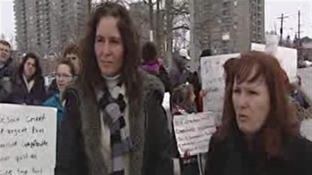 Nancy Poulin et Diane Labelle s'inquiètent pour l'avenir de leurs enfants malentendants.