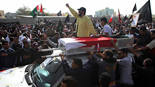 Des milliers de chiites ont assisté aux funérailles tenues à Sitra.