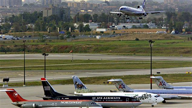 Des avions sur le tarmac de l'aéroport Pearson de Toronto.
