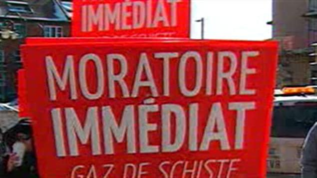 Des manifestants demandant un moratoire sur le gaz de schiste à Trois-Rivières