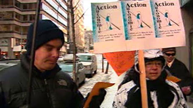 Manifestation d'Action Autonomie devant le bureau du ministre de la santé et des services sociaux Yves Bolduc.