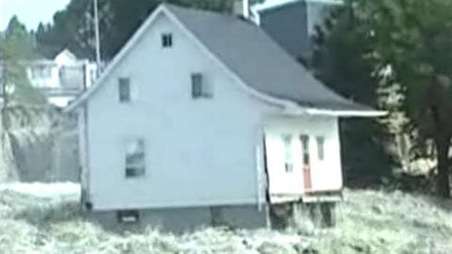 La petite maison blanche résistant à la force des courants devient rapidement un symbole pour la population éprouvée.