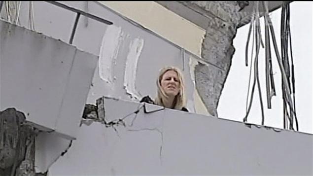 Une femme est bloquée sur le toit d'un immeuble à la suite du séisme.
