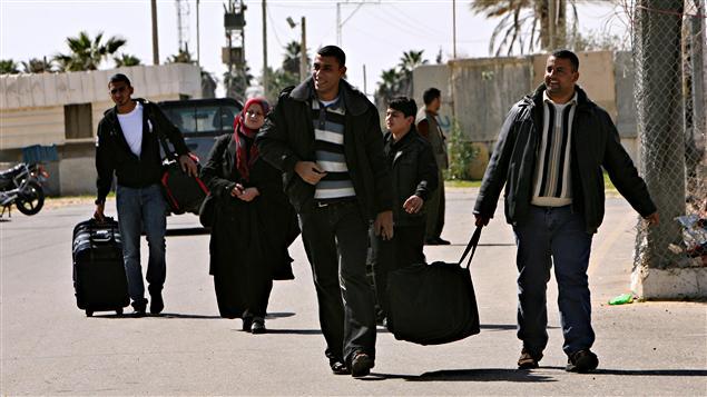Des ressortissants égyptiens franchissent la frontière.