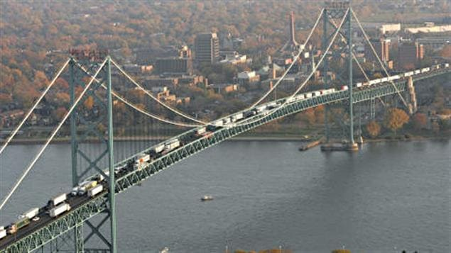 Le pont Ambassador et Windsor en arrière-plan