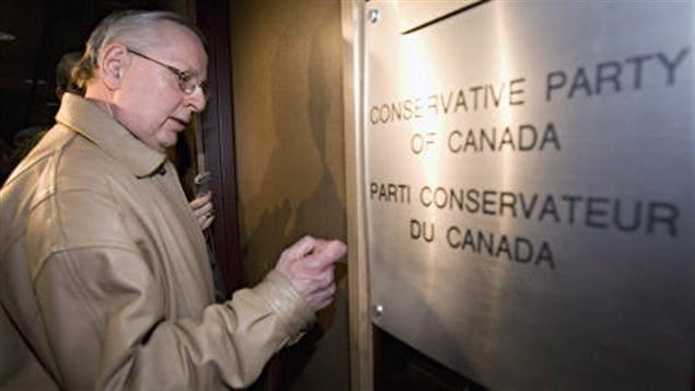 Un agent d'Élections Canada cogne à la porte des bureaux du PCC à Ottawa le 15 avril 2008.