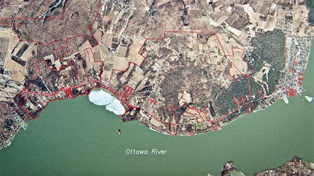 Le territoire des Mohawks de Kanesatake est imbriqué dans celui de la municipalité d'Oka et compte de nombreuses parcelles le long de la rivière des Outaouais, comme le montrent les délimitations en rouge sur cette photographie aérienne.