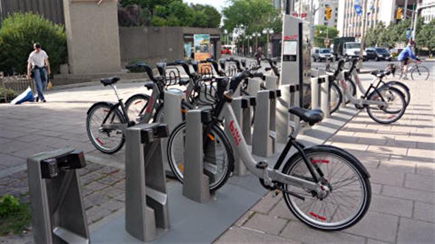 Des vélos BIXI près du Centre national des arts à Ottawa