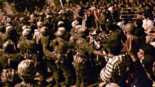 Des manifestants ont tenté de pénétrer de force dans le siège de la Sécurité d'État au Caire.