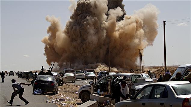 Des rebelles sont attaqués par une bombe larguée d'un avion de chasse à Ras Lanouf.