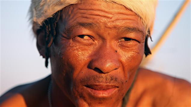 Un homme appartenant à la population des Bochimans d'Afrique du Sud