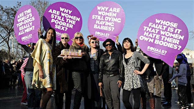 La chanteuse Annie Lennox a participé avec les actrices britanniques Cherie Lunghi et Michelle Ryan à une marche à Londres pour célébrer le 100e anniversaire de la Journée internationale des femmes.