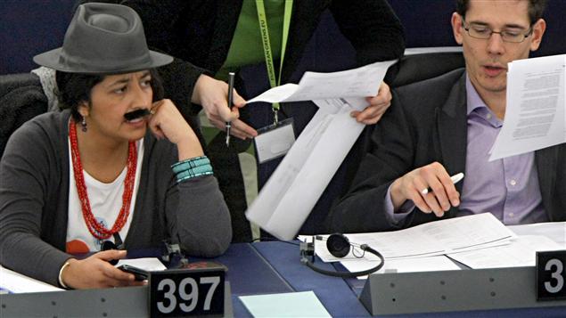 Une députée française habillée en homme à une session du Parlement européen à Strasbourg durant la Journée internationale de la femme.