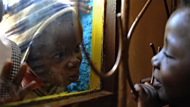 À gauche, un jeune Kényan porteur du VIH dont la mère sidéenne est décédée. À droite, une fillette qui a perdu ses deux parents, morts du sida.