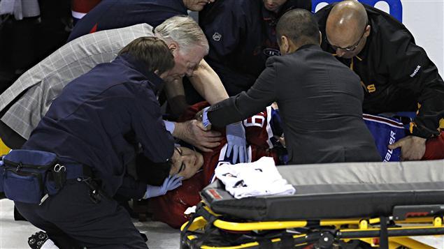 Max Pacioretty est étendu sur la glace après une mise en échec de Chara.