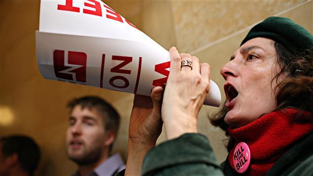 Une manifestante dans l'Assemblée du Wisconsin