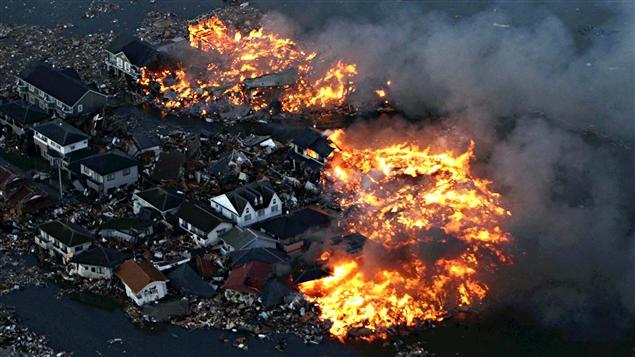 Un quartier résidentiel ravagé par les flammes à Natori.