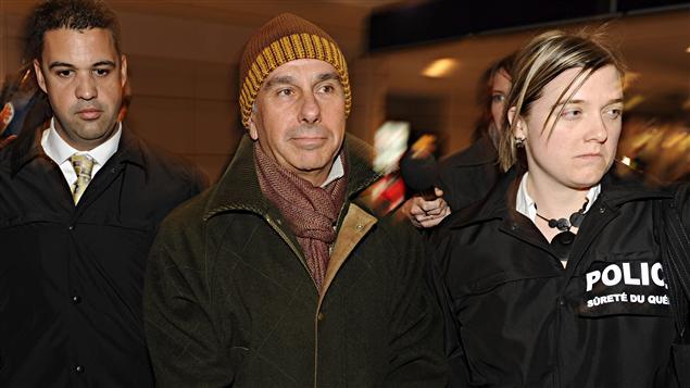 Ronald Weinberg arrêté à son arrivée à l'aéroport de Montréal, jeudi soir.