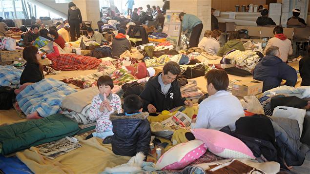 Des Japonais ont trouvé refuge dans un centre d'évacuation de la ville de Natori, qui a été dévastée.