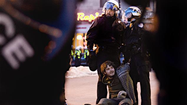 Arrestation à la manifestation contre la brutalité policière à Montréal, le 15 mars 2011.