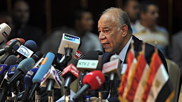 Mohammed Attiya, président de la commission électorale, annonce le résultat du vote au Caire
