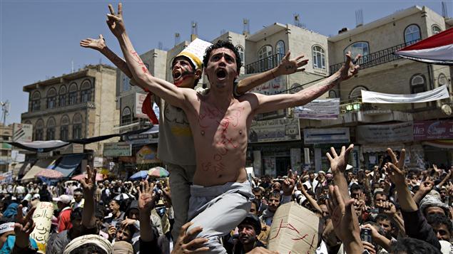 Des manifestants yéménites demandent la démission du président Ali Abdullah Saleh dans les rues de Sanaa.