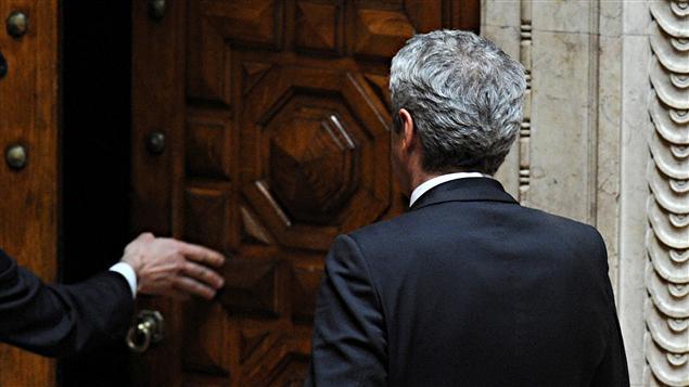 Le premier ministre du Portugal, Jose Socrates, quitte le Parlement après le rejet de son quatrième plan d'austérité