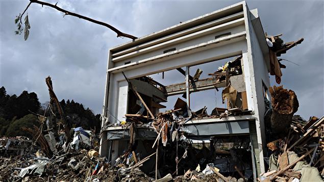 Une maison détruite et des débris laissés par le séisme et le tsunami à Rikuzentakata, au Japon