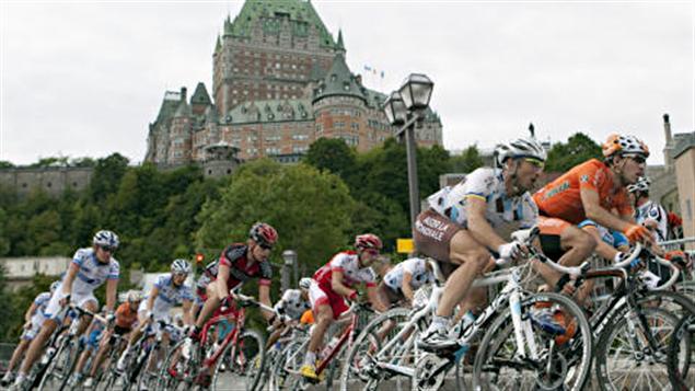 Le peloton dans les rues de Québec