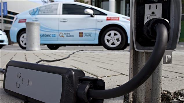 Une voiture électrique mise à l'essai par Hydro-Québec recharge ses batteries à partir d'une prise convtionnelle.