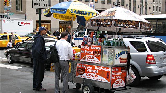 Un comptoir alimentaire sur la rue à New York, qui vend des bretzels et des hot-dogs (2006).