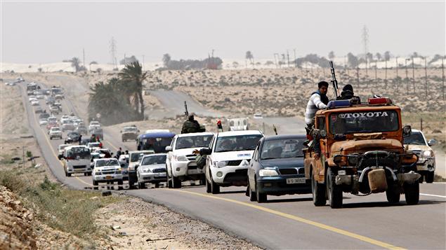 Les rebelles libyens fuient Ras Lanouf en direction de Brega. La même scène s'est produite peu après entre Brega et Ajdabiya.