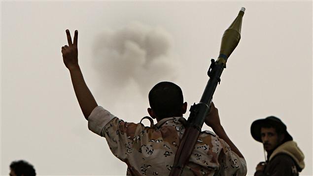 Un rebelle libyen à Ajdabiya, où les insurgés ont dû se replier, le 30 mars 2011.